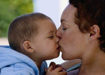 Y a-t-il un danger à embrasser son enfant sur la bouche?